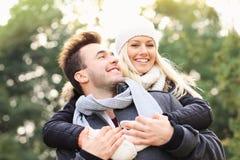 Szczęśliwa para ma zabawę na dacie w parku Zdjęcia Royalty Free