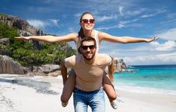 Szczęśliwa para ma zabawę na Seychelles wyspie obrazy royalty free