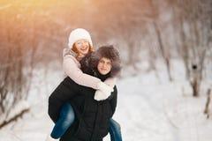 Szczęśliwa para ma zabawę, ono uśmiecha się obraz royalty free