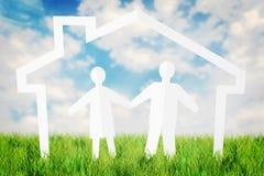 Szczęśliwa para ma zabawę w ich dom przeciw niebieskiemu niebu Obrazy Stock