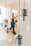 Szczęśliwa para ma zabawę w ich mieszkaniu Obraz Stock