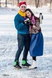 Szczęśliwa para ma zabawy jazda na łyżwach i pije gorącej herbaty od th obraz royalty free