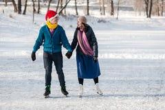 Szczęśliwa para ma zabawy jazda na łyżwach na lodowisku outdoors Zdjęcia Royalty Free