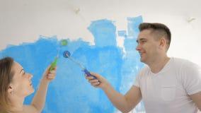 Szczęśliwa para maluje nowego dom wraz z błękitnym kolorem zbiory