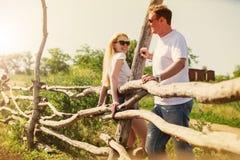 Szczęśliwa para na gospodarstwie rolnym Obraz Royalty Free