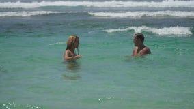 Szczęśliwa para na morzu zdjęcie wideo