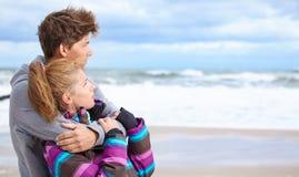 Szczęśliwa para na plaży Obrazy Royalty Free