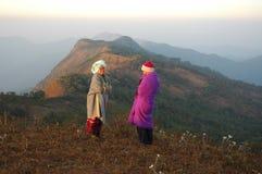 Szczęśliwa para na szczycie górskim Zdjęcie Stock