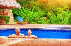 Szczęśliwa para na wakacje obrazy stock
