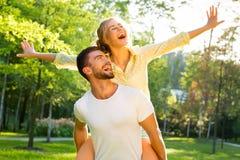 Szczęśliwa para na wakacje zdjęcie royalty free