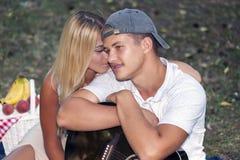 Szczęśliwa para na wakacje zdjęcie stock