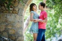 Szczęśliwa para na wakacje Szczęśliwy facet i dziewczyna Kochankowie cieszą się each inny w wieczór parku zdjęcia stock