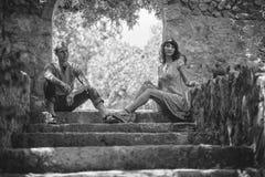 Szczęśliwa para na wakacje Szczęśliwy facet i dziewczyna Kochankowie cieszą się each inny w wieczór parku obrazy stock