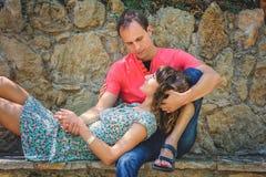 Szczęśliwa para na wakacje Szczęśliwy facet i dziewczyna Kochankowie cieszą się each inny w wieczór parku fotografia stock