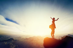 Szczęśliwa para na wierzchołku świat! Mężczyzna mienia kobieta na jego ręki Fotografia Stock