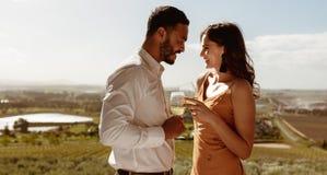Szczęśliwa para na wino dacie zdjęcie stock