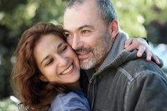 szczęśliwa para na zewnątrz fotografia stock