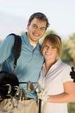 Szczęśliwa para Niesie Golfową torbę zdjęcia stock