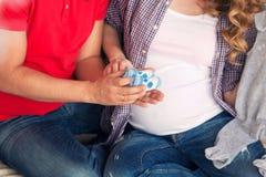 Szczęśliwa para oczekuje dziecka Zdjęcia Stock