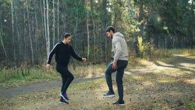Szczęśliwa para ono uśmiecha się i opowiada ćwiczy w parku robi rozgrzewek aktywność cieszący się świeże powietrze i zdrowego sty zbiory
