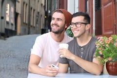Szczęśliwa para ono uśmiecha się podczas romantycznej daty obraz royalty free