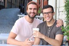 Szczęśliwa para ono uśmiecha się podczas romantycznej daty obrazy royalty free