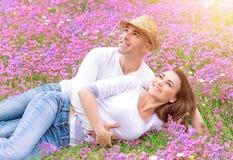 Szczęśliwa para outdoors Zdjęcia Royalty Free