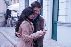 Szczęśliwa para patrzeje ich obrazek zdjęcia stock