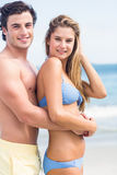 Szczęśliwa para patrzeje kamerę i obejmować w swimsuit Fotografia Royalty Free