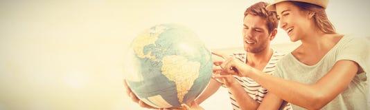 Szczęśliwa para patrzeje kuli ziemskiej planetę fotografia stock