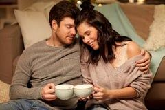 Szczęśliwa para pije cacao w domu zdjęcie royalty free