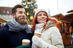 Szczęśliwa para pije kawę na starej grodzkiej ulicie Fotografia Stock