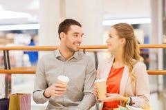 Szczęśliwa para pije kawę z torba na zakupy Obraz Royalty Free
