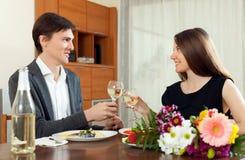 Szczęśliwa para pije szampana przy ich romantyczną datą Zdjęcia Royalty Free