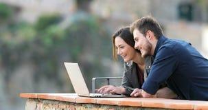 Szczęśliwa para pisać na maszynie na laptopu gmerania zawartości zdjęcie wideo