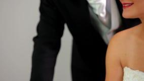 Szczęśliwa para podpisuje ich ślubnego rejestr zdjęcie wideo