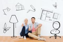Szczęśliwa para pokazuje aprobaty przy nowym domem Fotografia Royalty Free