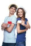 Szczęśliwa para pokazuje kredytowe karty Zdjęcia Stock