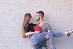 Szczęśliwa para pozuje dla obrazka Fotografia Royalty Free