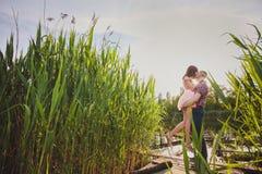 Szczęśliwa para przy jeziorem Zdjęcie Stock