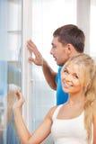 Szczęśliwa para przy okno Obraz Royalty Free