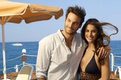 Szczęśliwa para przy przy wakacje letni plaży molem Fotografia Stock