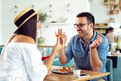 Szczęśliwa para przy restauracyjnym łasowanie lunchem, mieć zabawę zdjęcia stock