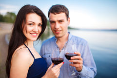 Szczęśliwa para przy rzeką Fotografia Royalty Free