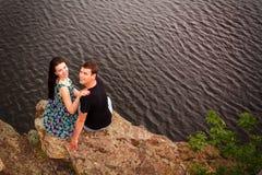 Szczęśliwa para przy rzeką Fotografia Stock