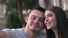 Szczęśliwa para przy wakacjami bierze selfie podczas gdy siedzący przy stołowym outside kawiarnia zbiory