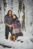 Szczęśliwa para przy zima parkiem obraz stock