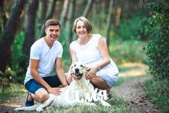 Szczęśliwa para przyszłość rodzice z zwierzęciem domowym Obrazy Royalty Free