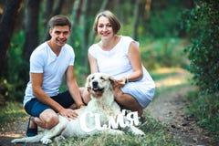 Szczęśliwa para przyszłość rodzice z zwierzęciem domowym Zdjęcie Royalty Free