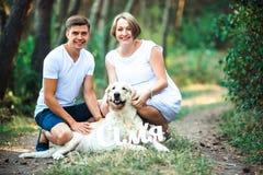 Szczęśliwa para przyszłość rodzice z zwierzęciem domowym Obraz Stock
